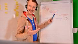 Online Marketing Manager Live-Webinar am Flipchart